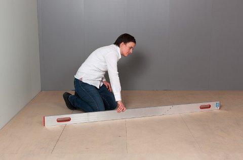 Det viktigste kriteriet for et godt resultat er at underlaget er plant. Det sjekkes med en rettholt som skyves over gulvet.