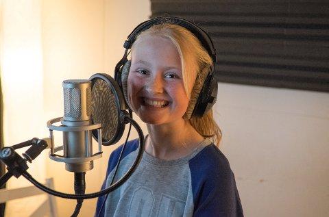 Stemmen i den nye GPS-en Slow Down tilhører 11-åringen Emilie fra Akershus. Hun håper hennes stemme, som representant for alle landets skolebarn, skal få bilistene til å senke farten.