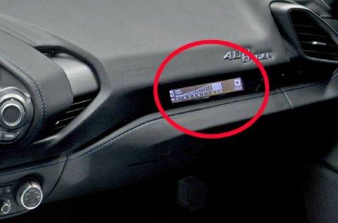 Ferrari mener de det er viktig at den som sitter i passasjersetet skal ha full oversikt over turtall, girvalg og hastighet.