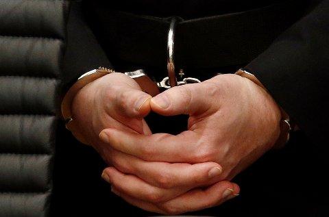 Håndjernet til Anders Behring Breivik under domsavsigelsen i terrorrettssaken i 2012. Nå sliter han ut de ansatte ved Telemark fengsel.