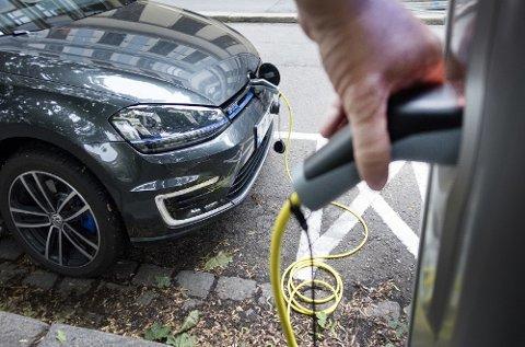 Et EU-direktiv skal sørge for at det skal bli både tryggere og mer oversiktlig å lade på offentlige parkeringsplasser. Det skjer ved at stikkonktakter skal byttes ut med ladepunkt for Type 2.