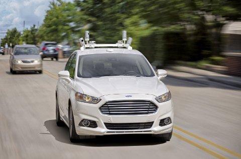 Her tester Ford selvkjørende bil ute på landeveien. Utviklingen går fort hos en rekke bilmerker på dette området.