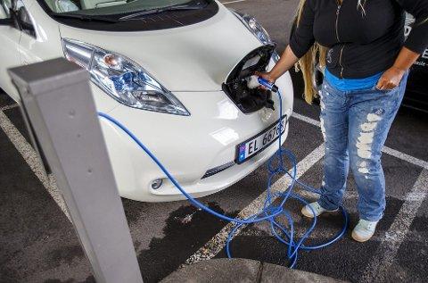 Oppslutningen om gratis elbil-lading faller, viser en fersk undersøkelse.