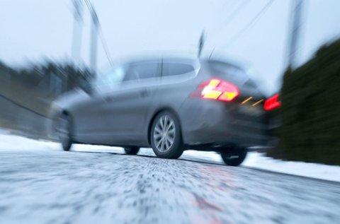 Underkjølt regn gir ekstremt vanskelige kjøreforhold. Veien blir som en skøytebane.