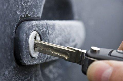 Hva gjør du når dørlåsen på bilen er gjennomfrosset?