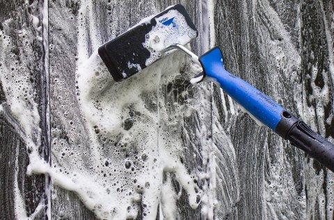Vanlig oppvaskmiddel skummer mye og er vanskelig å skylle vekk. Bruk heller malingprodusentenes egne rengjøringsmidler som inneholder stoffer som dreper sopp og begroing.