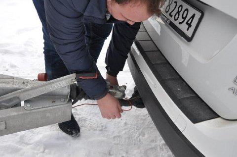 Sikkerhetswiren du har på tilhengeren din er koblet opp mot bremsene på tilhengeren, og sørger for at den stopper hvis den skulle komme løs fra bilen. Men det er ikke tilfeldig hvordan du fester den.