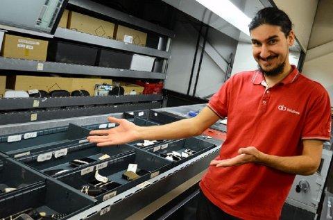 Arash Ebrahimi viser noe av det som har kommet inn på hittegodskontoret på Gardermoen.