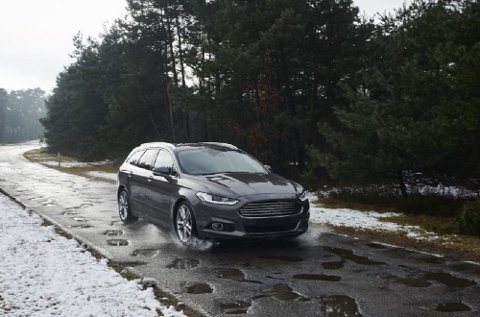 Dårlig veistandard skaper problemer, både for sjåfører og biler. Nå har Ford utviklet et system som skal varsle om hull i veien.