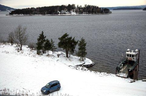 Her, på AUFs tomt ved kaia med utsikt mot Utøya, ønsker AUF og Støttegruppen at minnesmerket skal ligge.