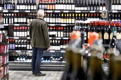 Mens eldre kvinner i stor grad tyr til vin, er eldre menn ofte gladere i øl og brennevin, viser FHIs undersøkelser.