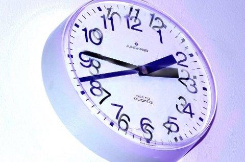 Klokka skal stilles en time fram.