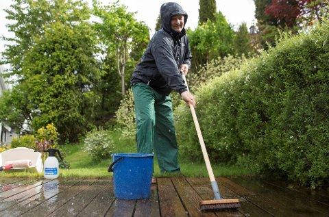 Regnet er til god hjelp når både fasaden og terrassen skal vaskes.