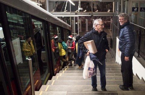 Ole Steinar Gullaksen (t.h.) er en sosial mann, og han slår gjerne av en prat med de fastboende på vei hjemover.