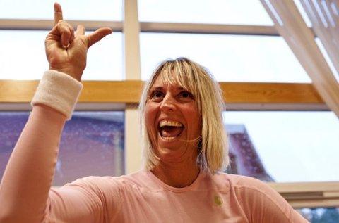 Randi Kolskogen, aerobicinstruktør og assisterende butikksjef får fart på sine kollegaer ved Meny i Os. Bildet er fra reportasjen «Opp av sofaen» i 2013.