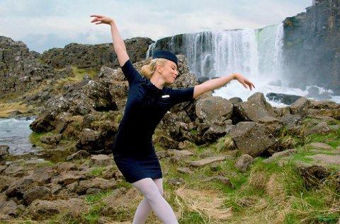 Den islandske flyvertinnen Katrín Eyjólfsdóttir viser hva du kan vente deg dersom du reiser med hennes flyselskap.