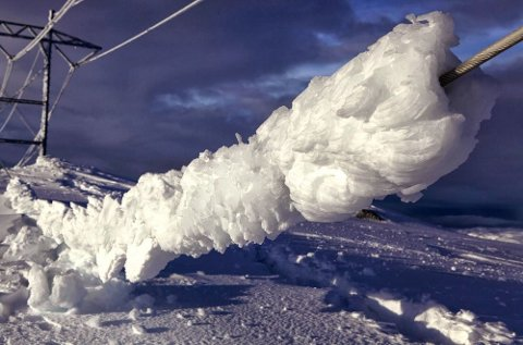 Denne topplina på kraftledningen mellom Sima og Samnanger ga etter for ismengdene.