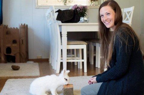 Hjemme hos Linn Krogstad bor det åtte kaniner og tre katter i sommer. Hun er en av Dyrebeskyttelsens mange gode hjelpere. Her med kaninen Lita.