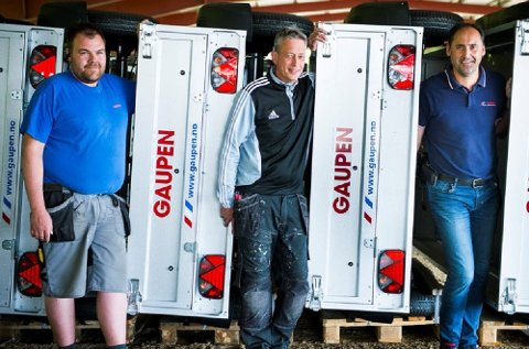 Folkefavoritten blant tilhengerne har brems og 1.300 kilo nyttelast. Daglig leder Terje Frydenlund (t.h.) hos Gaupen sammen med   Jan André Sandaker og Svein Erik Korsbakken.