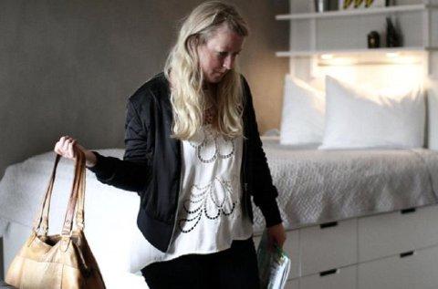 Hilde Mari Vik (30) står i rommet som er kombinert stue, soverom og kjøkken. Leiligheten er likevel perfekt, mener hun, bortsett fra at den er langt over budsjettet.