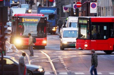Politikere av alle kulører på Stortinget mener at kollektivtilbudet ofte ikke er godt nok. Selv om mange av dem sier at de reiser kollektivt rett som det er, ikke minst når de er i Oslo, er det likevel privatbilen som generelt sett er det foretrukne framkomstmiddelet.