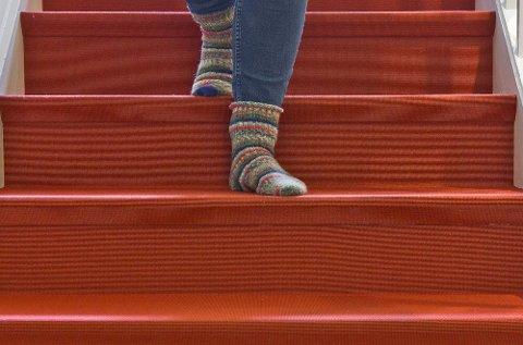 Et hellimt teppe med lav og tett luv er blant det sikreste du kan ha i trappa. Her skal det mye til for å skli, selv med glatte sokker!