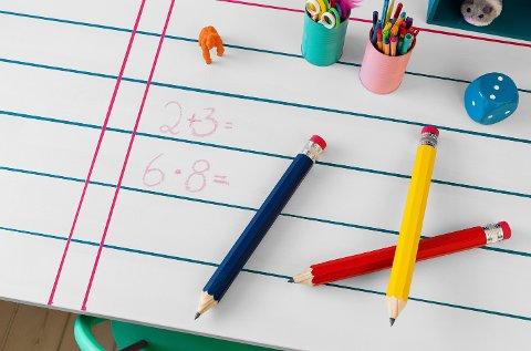 Mal skrivebordet eller veggen med tavlemaling, så kan de minste både tegne, regne og skrive så mye de vil.