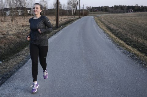 TRENER: Lena Lanus Aanestad (17) bor for øyeblikket på Fossumkollektivet i Spydeberg hvor hun prøver å bli kvitt rusavhengigheten.Ved å trene har Lena fått ny energi og mer overskudd.  Hun beskriver seg som en sta jente som ikke er redd for å si meningen sin.