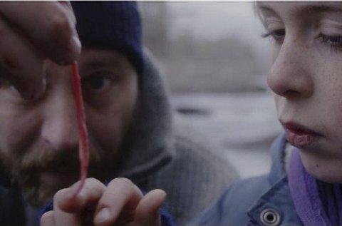 FISKETUR: Axel Lyngstad Pharo spiller mot Vegar Hoel i den nye kortfilmen «Mammas mann».