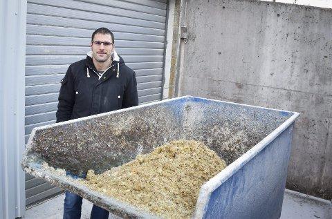 Grisefôr: Alt bortsett fra det som støvsuges av maskinene, hentes av lokale bønder som benytter det til grisefor, forklarer produksjonssjef Miroslav Stepanov ved Buer AS.