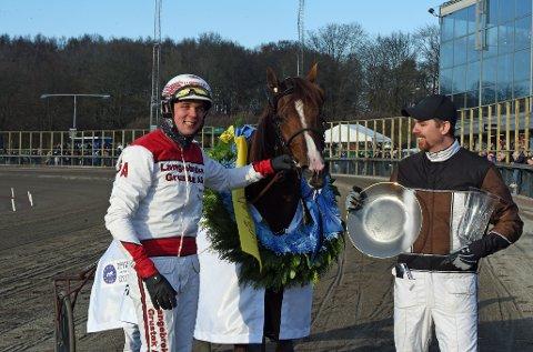 VINNERTRIO: Gøran Antonsen og trener Daniel Redèn med Lionel etter løpet.