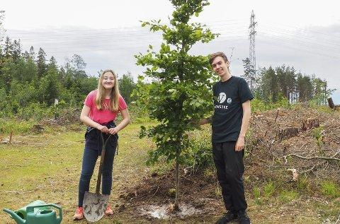 IVRIGE: Emma Maria Eide Skaslien (16) og Fredrik Fosser (15) fra Mysen var ivrige da de plantet et tre for miljøet på verdens miljøverndag.