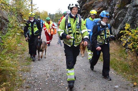 """ØVELSEN ER I GANG: Her er de frivillige på vei inn i en av sjaktene på Høytorp for å lete etter folk etter """"jordskjelvet"""". Målter med øvelsen var dels å få til god samhandling mellom etater som politi/brann og frivillige organisasjoner, samt å få godkjent flere katastrofehunder til å hjelpe til med leting etter overlevende."""