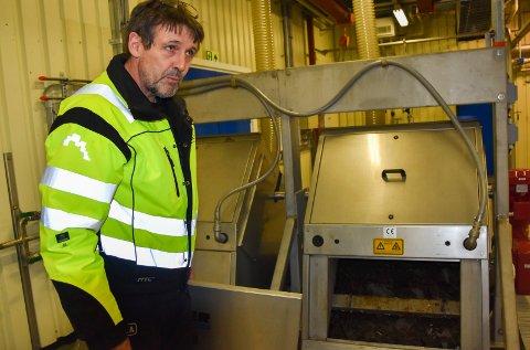 Ekstrajobb: Øystein Johansen, avdelingsleder på avløpsnettet i Indre Østfold kommune, oppfordrer innbyggerne til ikke å kaste noe i toalettet.- Pumpene som fører kloakkvannet til renseanlegget tetner, og det fører til en ekstrajobb for oss, forklarer han.