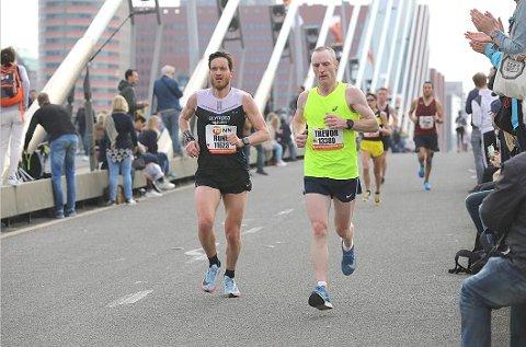 Tøffe tak: Delar av Rotterdam maraton vart eit skikkeleg slit for lærdølen Rune Solheim, som har fleire lange løp på samvitet. Han går no for ny pers att i Berlin i september. (Foto: Rotterdam maraton)
