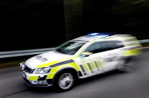 KØYRDE FOR FORT: Ein mann i 40-åra køyrde for fort på E39 ved Jølster tysdag. Då la UP seg på hjul etter han.