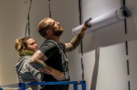 Kunstnerne har denne helgen jobbet med å dekorere en vegg i ankomsthallen på flyplassen i forkant av Nuart-festivalen.