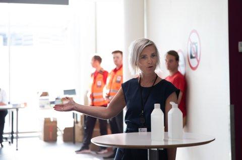 Rådgiver i kommunen og beredskapskontakt på flyplassen, Reidun Vigdel Ølberg, forteller at det ble gjennomført nesten 400 tester i ferien. Kun én prøve var positiv. Bildet er tatt ved åpningen av testsenteret på flyplassen.