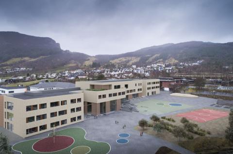 Anbefalingene til juryen er at utkastet «Mellom bakkar og berg» legges til grunn for det videre arbeidet med ny Fjelltun skole. (Illustrasjon: Arkipartner)