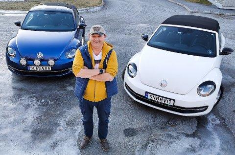 Fine biler: Svein Olav Steen viser fram «tvillingene» sine. Det er nok mange lokale bilister som har lagt merke til dem allerede.