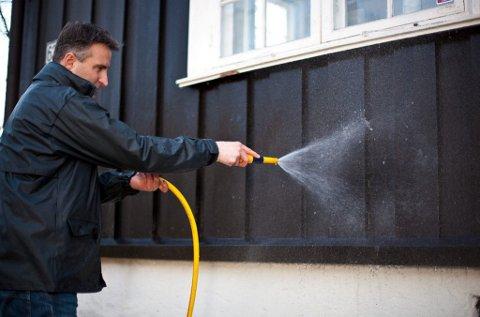 Rengjøring av husveggen kan du foreta allerede nå, sier Enrico Bastiani.