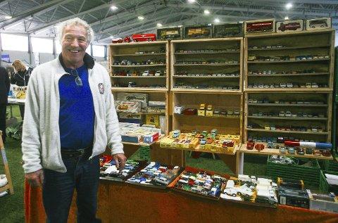 MODELLBILER: Robert Leulier sammen med et utvalg biler fra Dinky Toys. foto: hanna kvalheim hekkelstrand