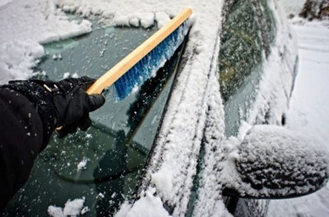 Mange tar seg ikke tid til å fjerne is og snø fra bilen skikkelig før de kjører av gårde. Det kan koste dem dyrt.
