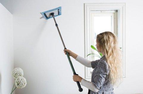 Å vaske tak, gulv og vegger hører med før nye kjøpere kommer på visning. Foto: Jordan/ANB
