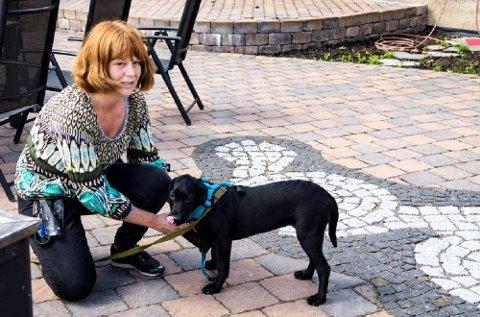 DIDDI FOR ALLE: – Diddi er lett å si på alle språk og vanskelig å si med streng stemme, sier verksmester og hundeeier Gina Reenskaug. Foto: Sissel M. Rasmussen, LO Media/ANB