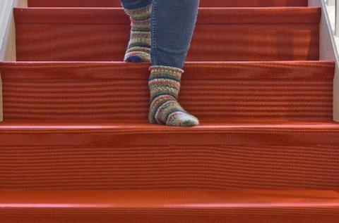 Et hellimt teppe med lav og tett luv er blant det sikreste du kan ha i trappa. Her skal det mye til for å skli, selv med glatte sokker! Foto: Marit Rosenberg, ifi.no/ANB