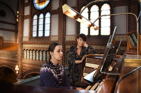 SNART I GANG: Karolina Wisniewska spiller, og Linda Sørheim lytter. Restaureringsarbeidet er rett rundt hjørnet, og denne delen av kirka vil delvis bli gjort om til verksted for de tyske orgelbyggerne. Foto: Anne-Lise Surtevju