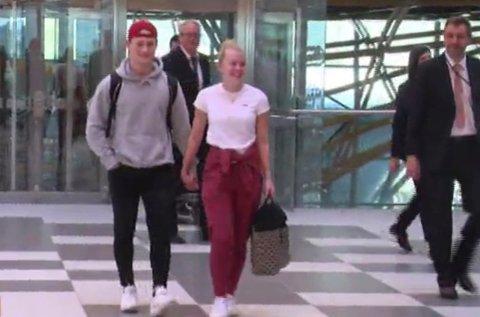 Caroline og Henrik på flyplassen som passasjerer nummer tre million. Bildet er hentet fra kroatisk tv som foreviget begivenheten.