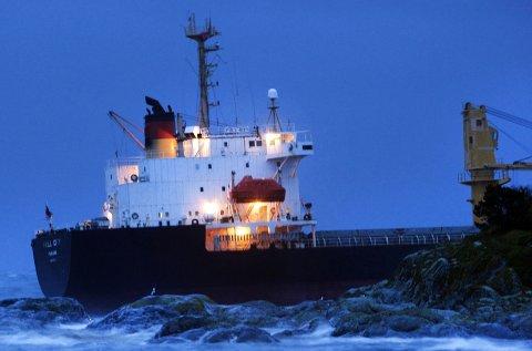 PÅ GRUNN: Skipet Full City gikk på grunn ved Såstein utenfor Langesund natt til fredag 31. juli 2009. Hendelsen viste seg å bli et oljesølmareritt. Dette bildet er tatt klokken 03.30, rundt tre timer etter selve grunnstøtingen.Foto: Peder Gjersøe / SCANPIX