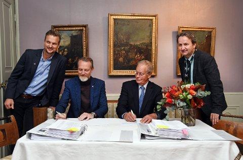 STOR DAG: – Dette er noe av det morsomste en distriktsleder i Veidekke kan gjøre, sa Lars N. Hjertås (nr. to f.v.) under kontraktsigneringen. På bildet ses også prosjektleder Sondre Thorsen i Veidekke, styreleder i Telemark museum, Lars Skjelbred og museets prosjektleder Bjørn Rudborg.